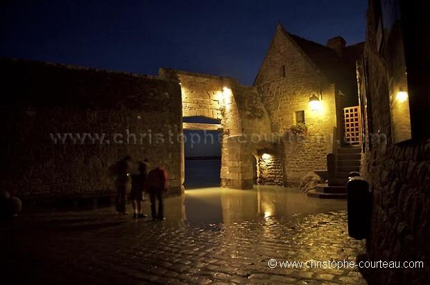 Entr e du mont saint michel inond e par la mar e la nuit for Mont saint michel interieur